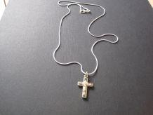 ancienne petite croix ,en métal blanc.avec chaine 55 cm