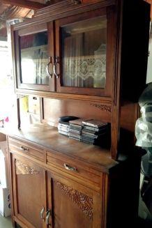 Buffet de cuisine vintage en deux parties.