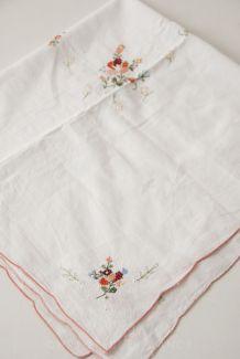 Petite nappe en coton ajourée et brodée
