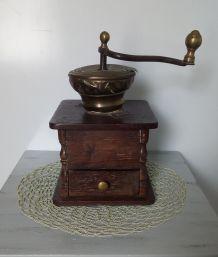 Ancien gros moulin à café