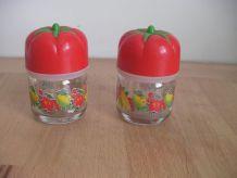 Salière et poivrière  - Bouchons poivrons rouge Années 80