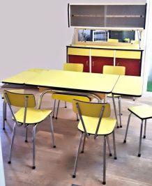 Ensemble buffet et table en formica jaune et rouge bordeaux