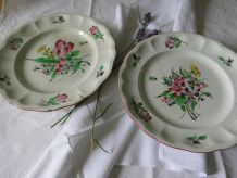 Deux Assiettes anciennes à piedouche à bordure contournée