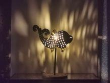 Lampe à poser poisson de couleur noire et patine dorée