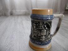 Vintage, chope de bière allemande en céramique avec des scèn