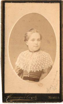 photo ancienne femme cape pèlerine dentelle vers 1900