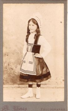 photo ancienne enfant en costume traditionnel vers 1900