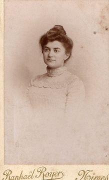 photo ancienne femme au chignon et col dentelle vers 1900