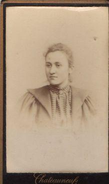 photo ancienne femme au gilet vers 1900