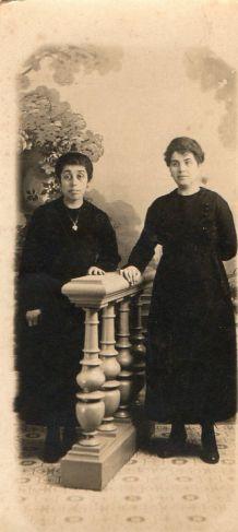 photo ancienne 2 femmes près d'une balustre vers 1900