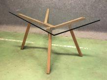 Table moderne, piétement en chêne et plateau en verre épais