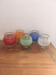 Cinq verres à cognac en couleur années 60.