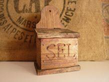 Boîte à sel en bois, avec accroche murale