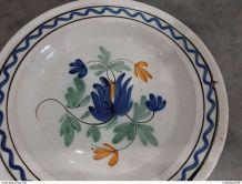 ancien plat forges-les-Eaux cul noir - décor de fleurs -