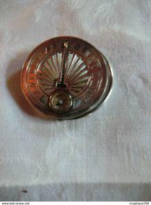 Pince  en argent poinçonnée avec boussole et cadran solaire