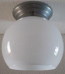 Plafonnier en opaline blanche Art Deco.