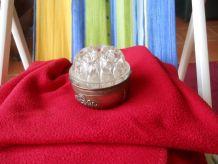 pique fleurs ancien avec récipient metal argent