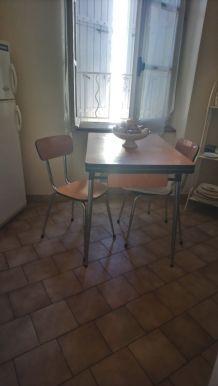 petite table et deux chaises formica noisette
