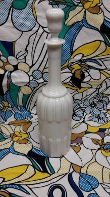 Carafe en opaline blanche