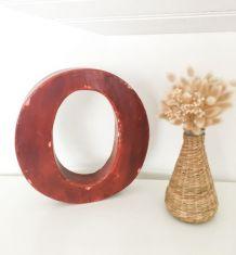 Lettre d'enseigne «O» en métal rouge