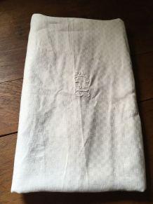 Nappe blanche en coton damassée au décor en damier.