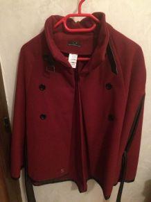 Poncho rouge avec ceinture en cuir