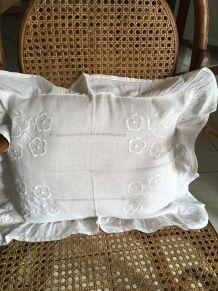 Coussin en coton blanc brodé esprit bohème.