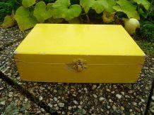 caisse , boite  ancienne en bois peint