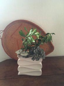 Vase ou cache pot blanc .