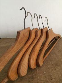 Série de 5 cintres en bois