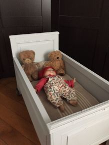 Ancien lit à roulettes pour les poupées
