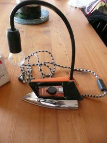 ancien fer à repasser transformé en lampe à poser