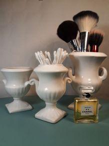 Set de 3 vases ou cache-pots de style Médicis en faïence bla