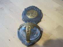 Joli bénitier en metal  ancien .    taille  17,50  cm
