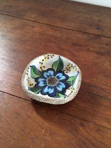 Vide poche écume de lave à la fleur bleue.