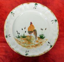 Paire de grandes assiettes Vallauris décor Coqs signées H.T.