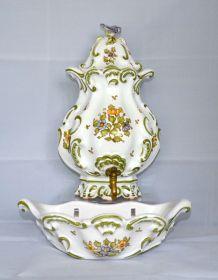 Fontaine Lallier de Moustiers avec son lave-main