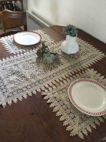 Chemin de table et sets de table en dentelle écrue.