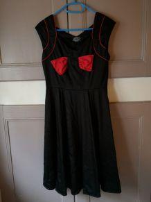 Robe cintrée vintage noire à nœuds rouge