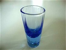 Suite de 8 petits verres bleu myosotis