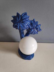 lampe palmiers en céramique bleue et globe opaline blanche