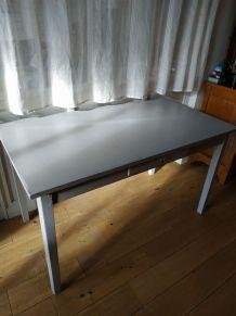 Table grise en bois