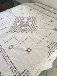 Nappe en coton blanc brodée style filet.