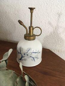 Vaporisateur en porcelaine pour plantes.