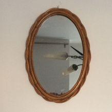 Miroir ovale en rotin des années 60. 40x26.