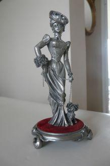 Etains du Prince-Frou Frou Nathalie sur socle velours rouge.