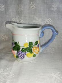 Pot à lait en barbotine décor raisin