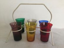 Ensemble de 6 verres multicolores dans leur support, sixties