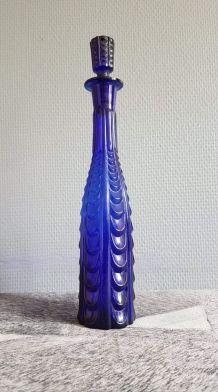 petite carafe bleue foncée en verre ciselé