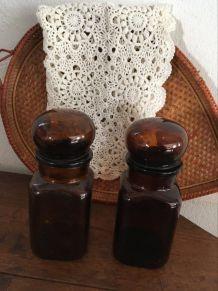 Deux bocaux au verre ambré.